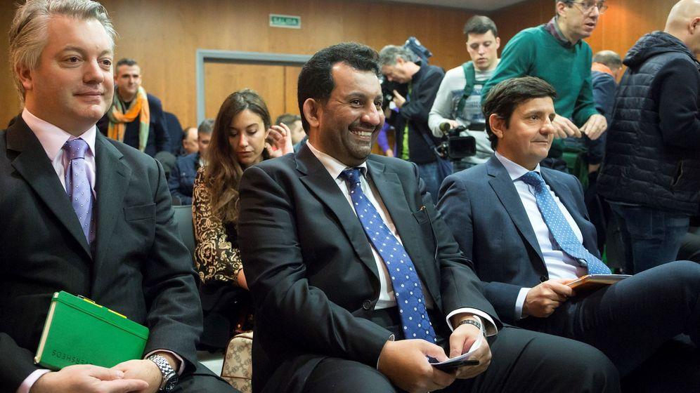 Foto: - El presidente y propietario del Málaga CF, Abdullah Al-Thani (c), durante el juicio del 'caso BlueBay' en la Ciudad de la Justicia de Málaga (EFE).