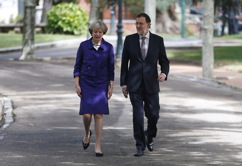 Foto: La primera ministra británica, Theresa May, camina con Mariano Rajoy en La Moncloa. (Reuters)