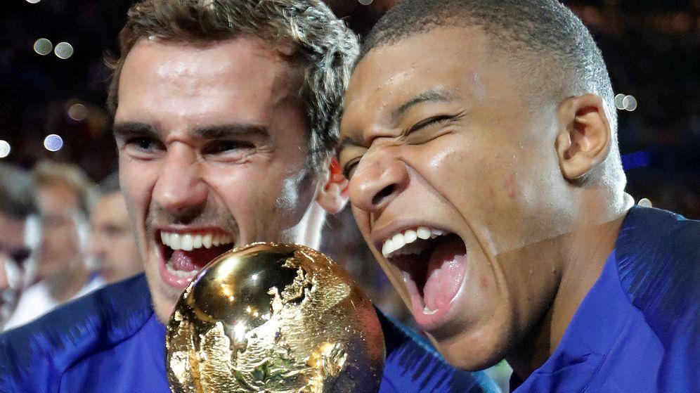 Foto: Griezmann y Mbappé con el trofeo de campeones del mundo en Rusia. (EFE)