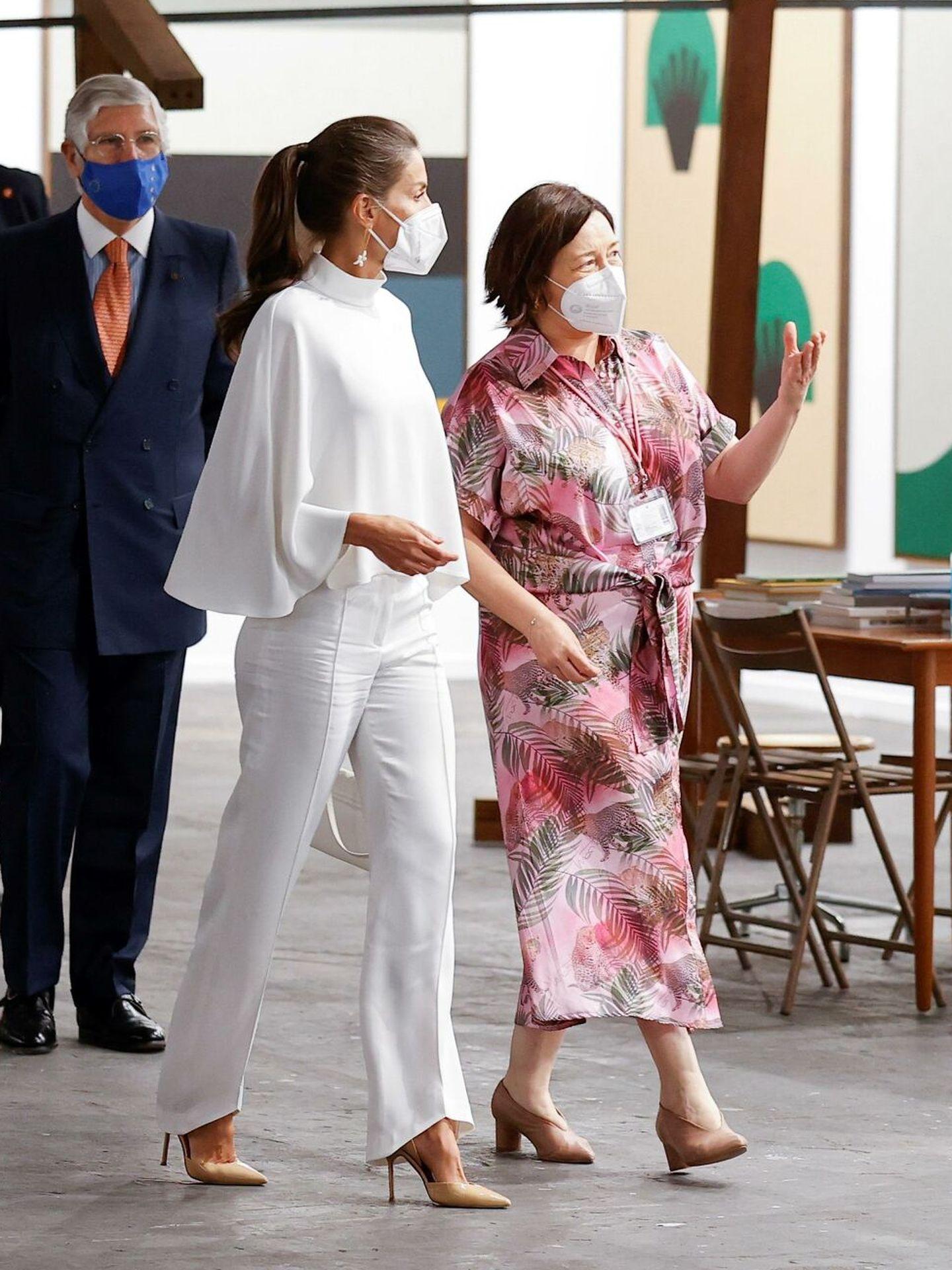 La reina Letizia, junto a la directora de ARCO, Maribel López. (EFE)