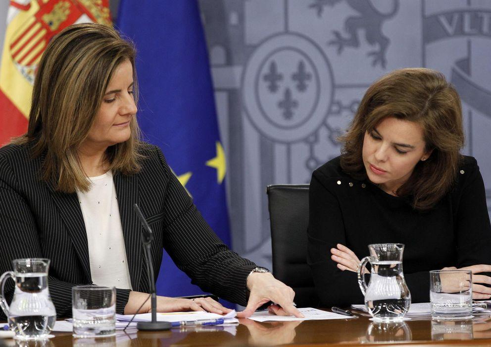 Foto: La vicepresidenta del Gobierno, Soraya Sáenz de Santamaría (d), y la ministra de Empleo, Fátima Báñez. (EFE)