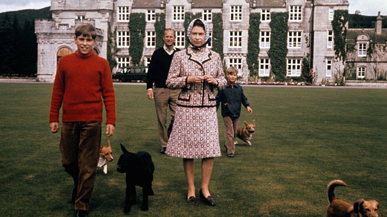 La reina con su familia y sus mascotas en Balmoral. (Cordon Press)