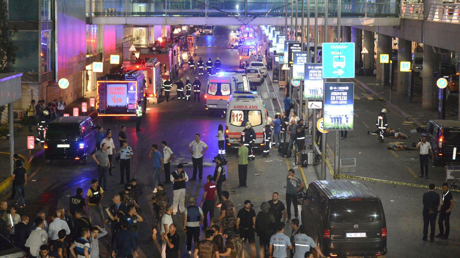 Foto: Ambulancias a las puertas del aeropuerto de Estambul. (Reuters)