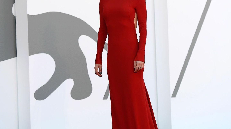 Vanessa Kirby, con vestido largo de cuello alto en color rojo de Maison Valentino durante el estreno de 'Pieces of a Woman'. (EFE)