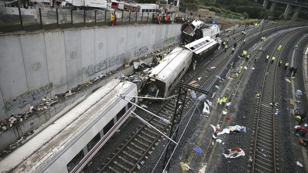 Foto: Accidente del tren Alvia que cubría la ruta entre Madrid y Ferrol. (EFE)