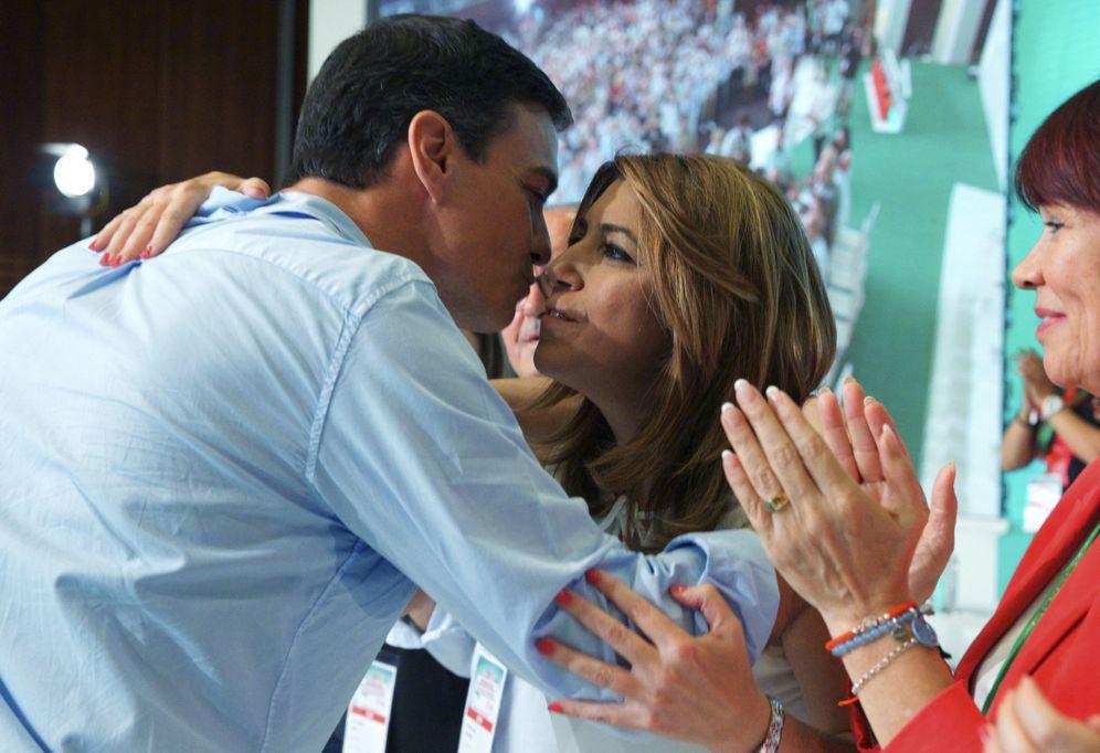 Foto: Pedro Sánchez felicita a Susana Díaz en la clausura del 13º Congreso del PSOE andaluz, este 30 de julio en el hotel Barceló Renacimiento de Sevilla. (EFE)