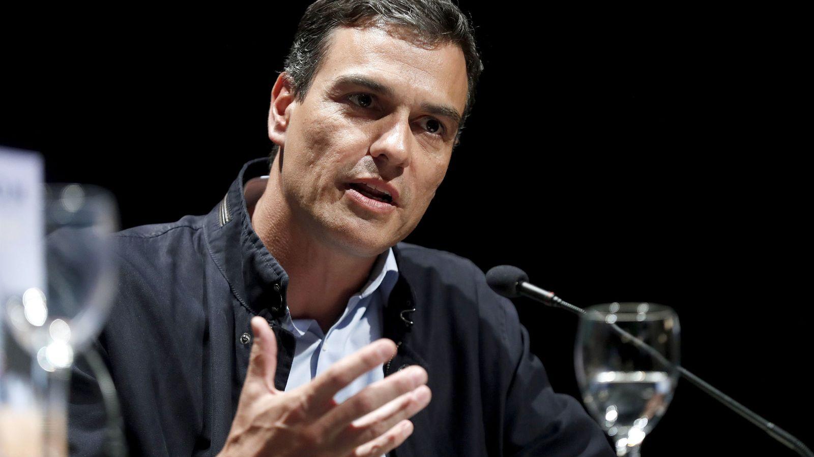 Foto: Pedro Sánchez, este 17 de abril, durante la presentación del último libro del hispanista Ian Gibson, este 17 de abril en Madrid. (EFE)