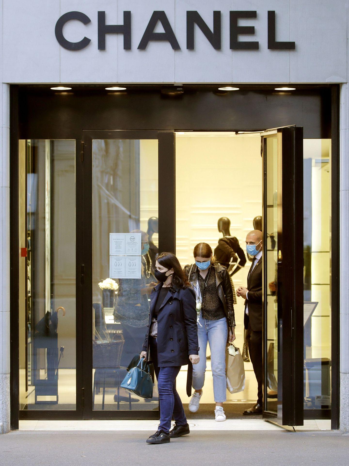 Las tiendas ya empiezan a abrir sus puertas. (Reuters)