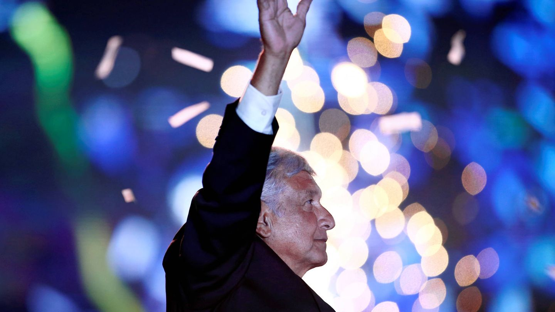 El candidato Andrés Manuel López Obrador saluda a simpatizantes durante el mitin de cierre de campaña, en Ciudad de México. (Reuters)