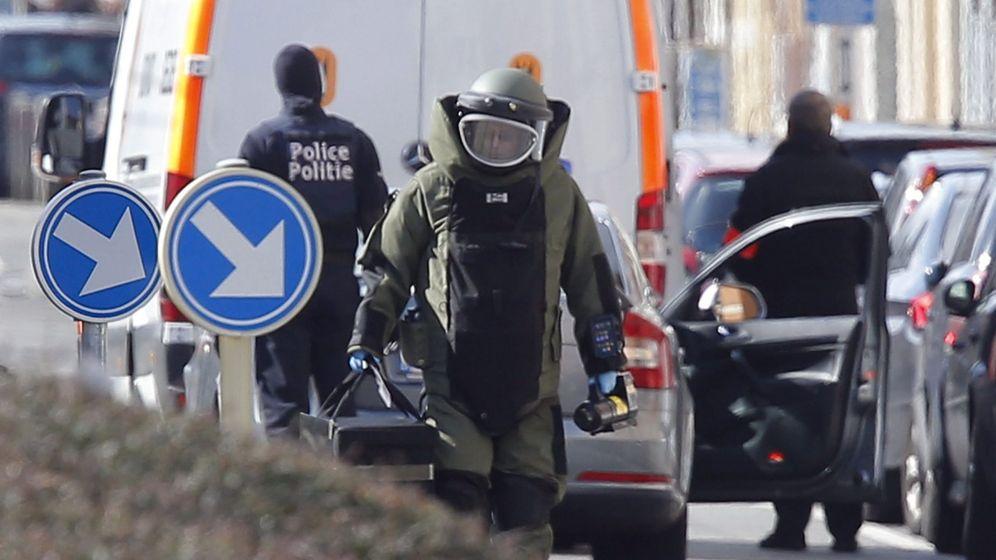 Foto: Un artificiero camina por el distrito de Schaerbeek de Bruselas (Bélgica). (Efe)