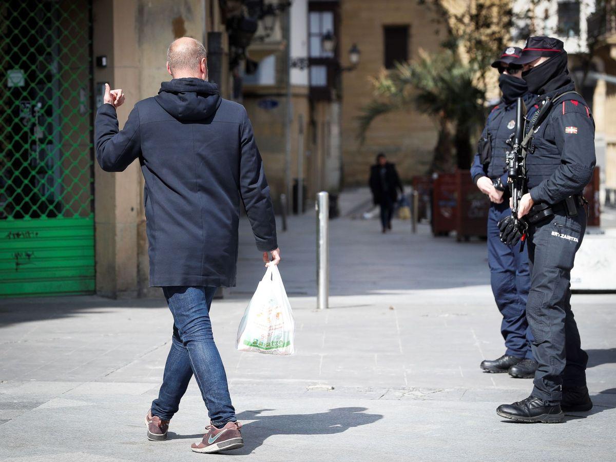 Foto: Agentes de la Ertzaintza informan en San Sebastián a los ciudadanos de que deben cumplir la reclusión domiciliaria. (EFE)