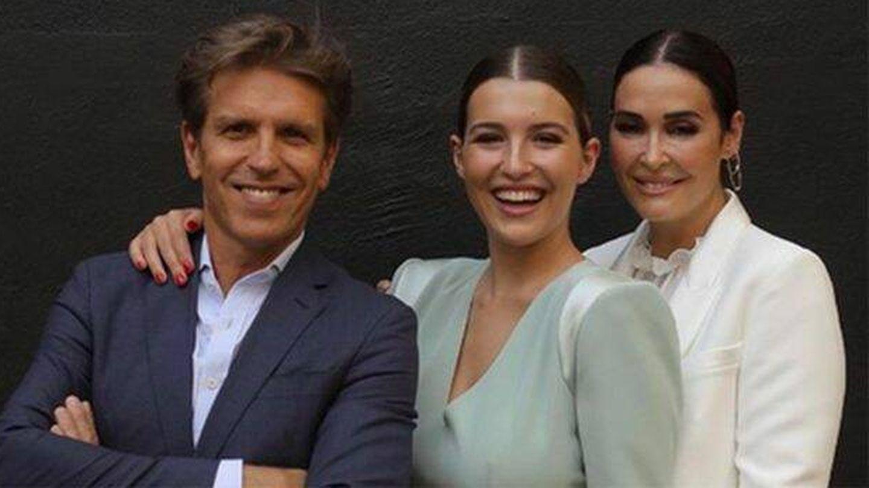 Vicky Martín Berrocal junto a su hija Alba y Manuel Díaz en la graduación de la joven. (IG)