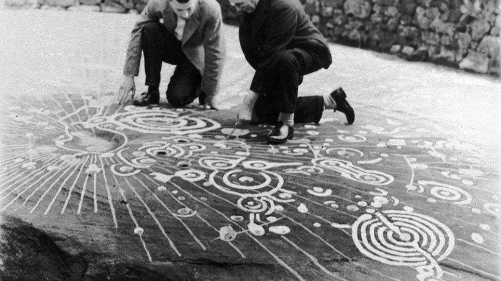 Foto: Ludovic Mann (derecha) estudia los signos con un ayudante en los años 30.