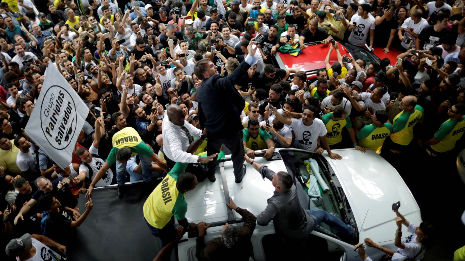 Foto: Jair Bolsonaro saluda a simpatizantes durante un mitin en Salvador cuando aún era candidato a la presidencia. (Reuters)