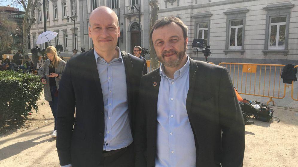 Foto: Los diputados del Parlamento de Dinamarca Magni Arge y Pelle Dragsted, en la protesta frente al Tribunal Supremo. (EC)