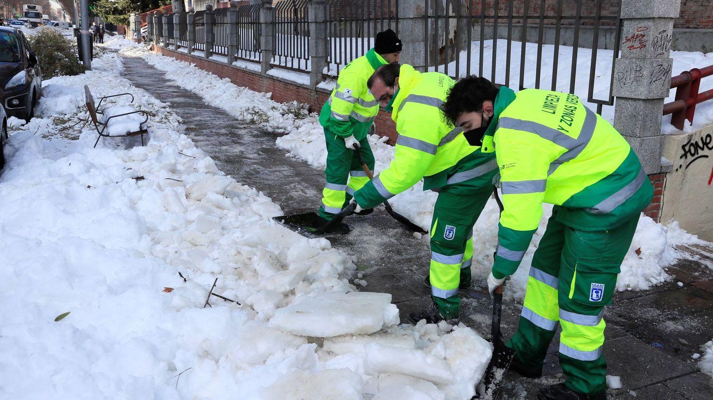 Operarios del Ayuntamiento de Madrid retiran la nieve y el hielo acumulado en las aceras. (EFE)