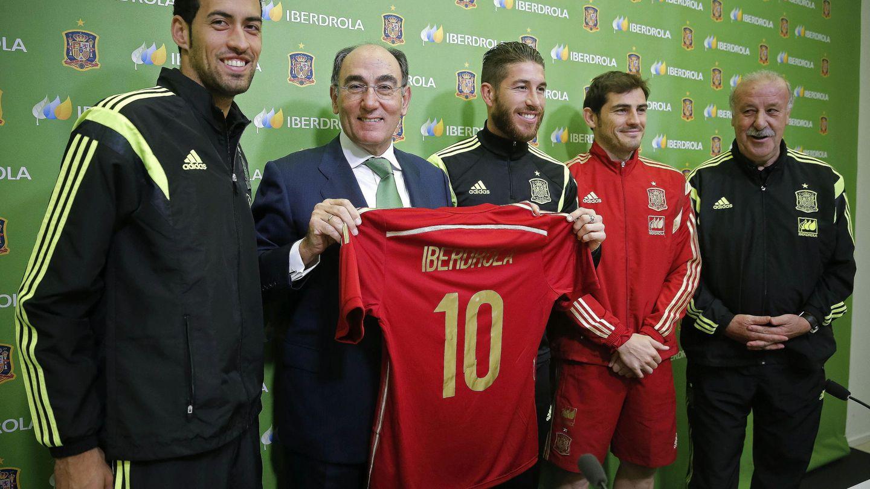 El presidente de Iberdrola, Ignacio Sánchez Galán, con Del Bosque,  Busquets, Ramos y Casillas. (EFE)