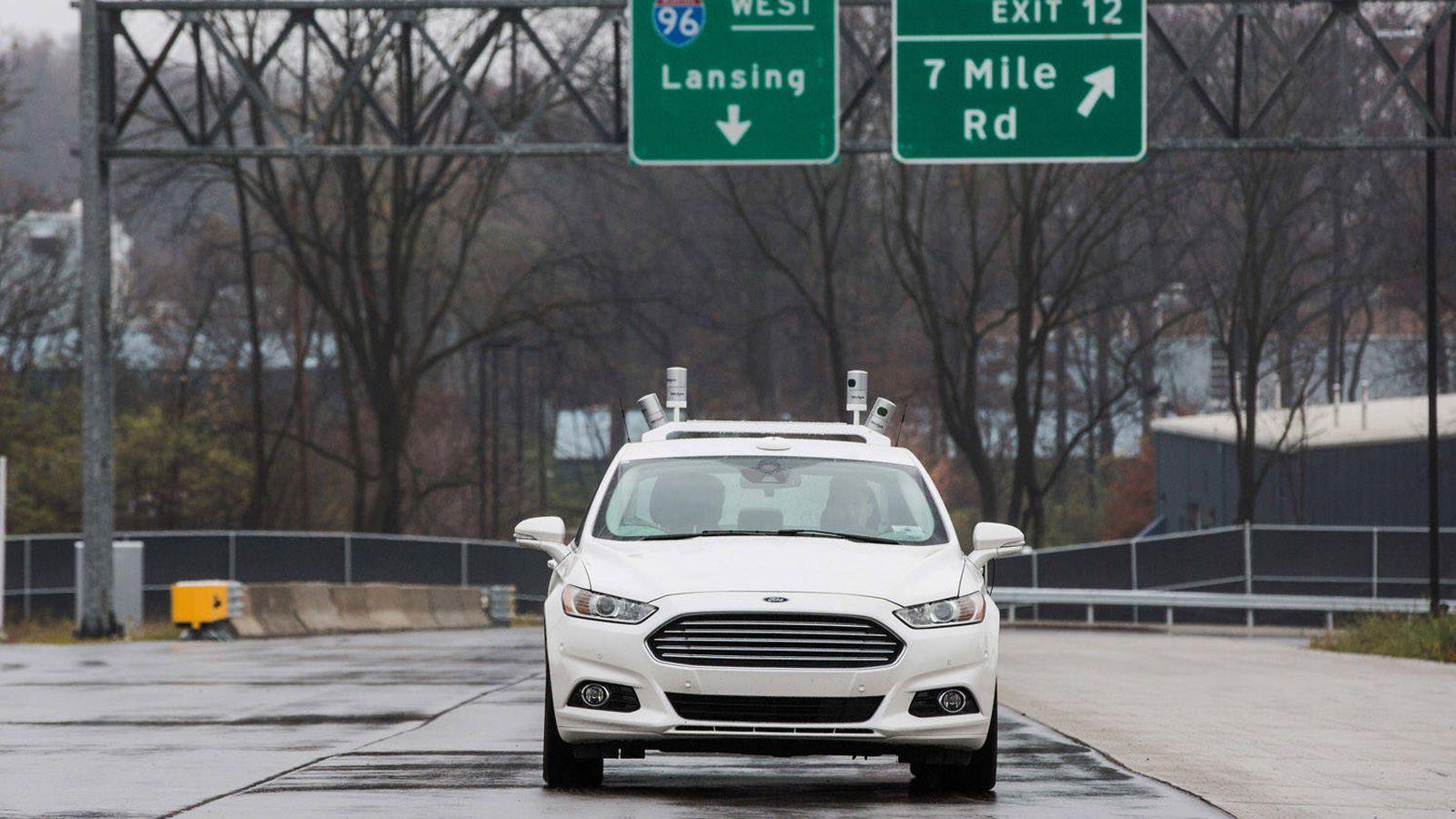 Foto: Un vehículo Ford con varios sensores de la compañía Velodyne sobre el techo (Ford)