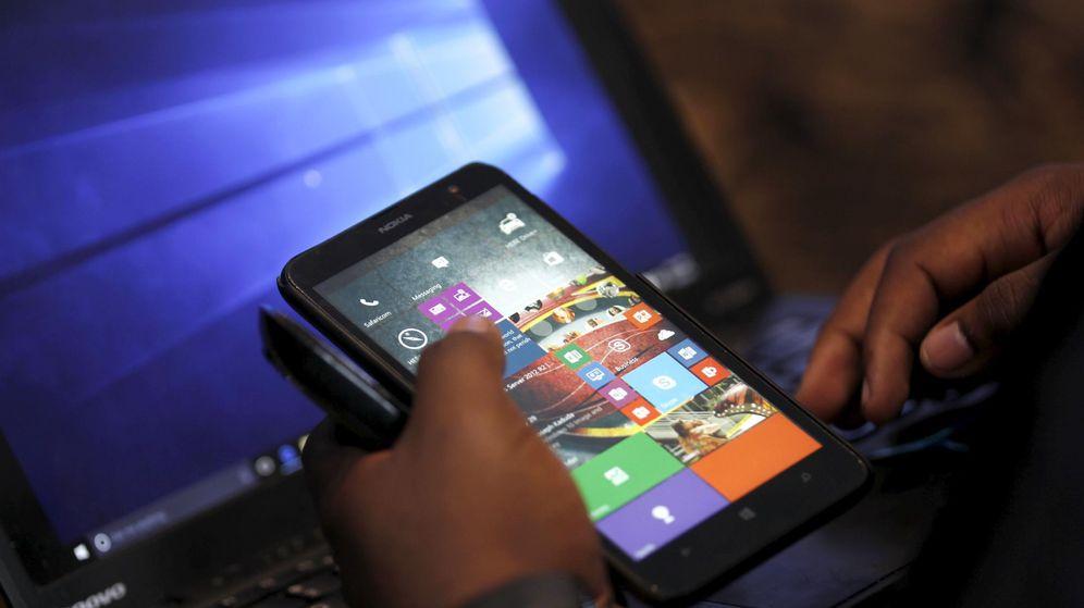 Foto: Un usuario utiliza su móvil al mismo tiempo que su ordenador. (Reuters)