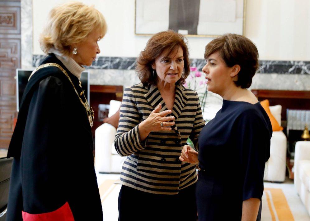 Foto: Carmen Calvo, con Teresa Fernández de la Vega y Soraya Sáenz de Santamaría, en la toma de posesión de esta como consejera de Estado, el pasado 8 de noviembre. (EFE)
