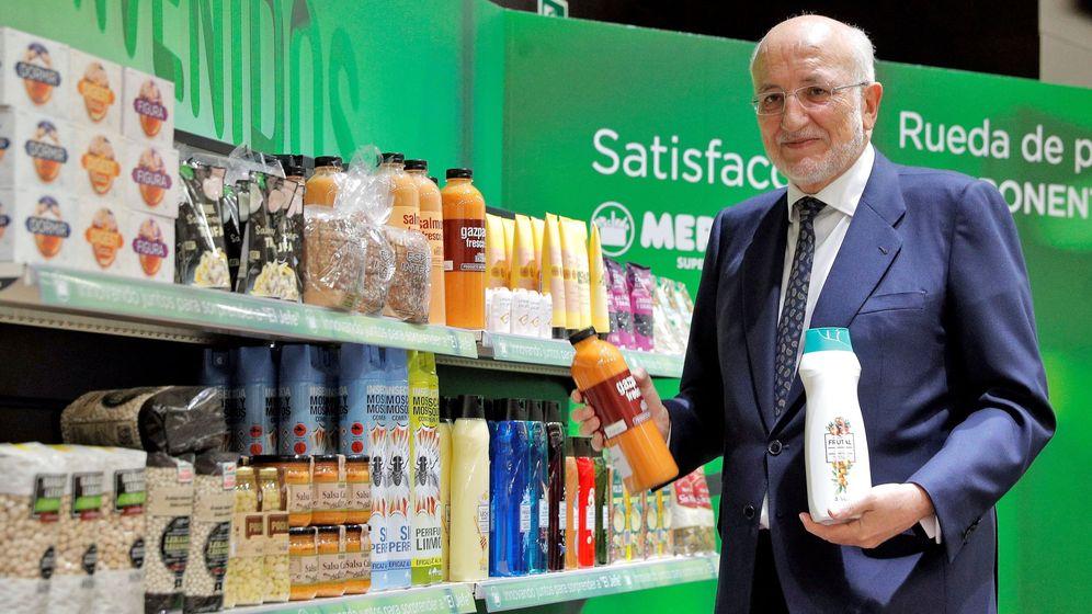 Foto: Juan Roig enseña nuevos productos en la rueda de prensa de resultados celebrada el pasado marzo. (EFE)