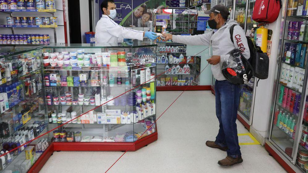 Foto: La búsqueda de mascarillas se ha disparado aunque no terminan de llegar a las farmacias (EFE/Carlos Ortega)