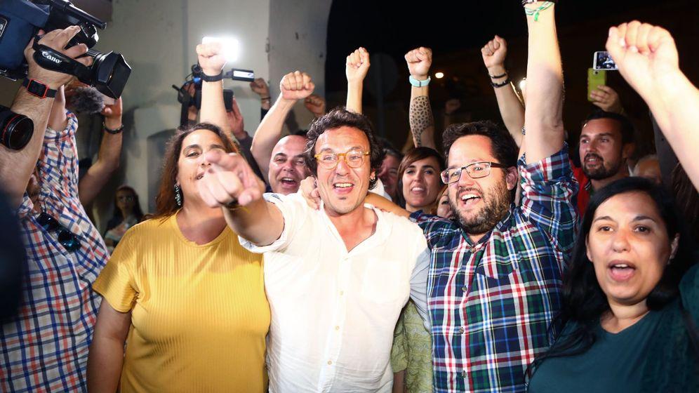 Foto: El candidato de Adelante Cádiz, José María González, 'Kichi' (c), celebra junto al resto de compañeros de su formación tras revalidar como alcalde de la capital gaditana. (EFE)
