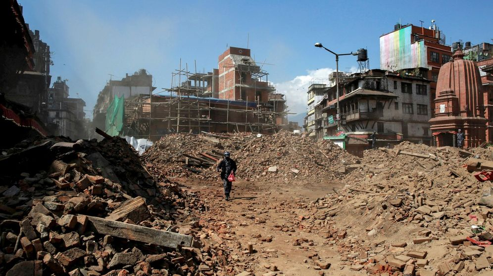 Foto: Un policía nepalí camina entre las ruinas que dejó tras de sí el terremoto del pasado sábado (Reuters)