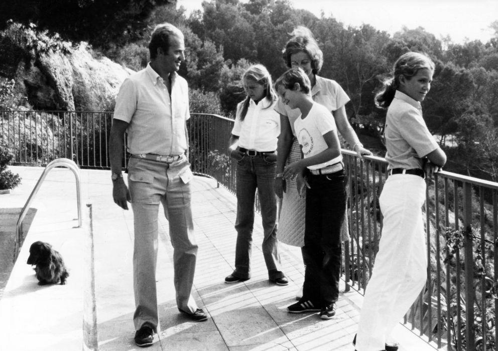 Foto: El rey Juan Carlos y su familia en Marivent, en 1975 (Cordon Press)