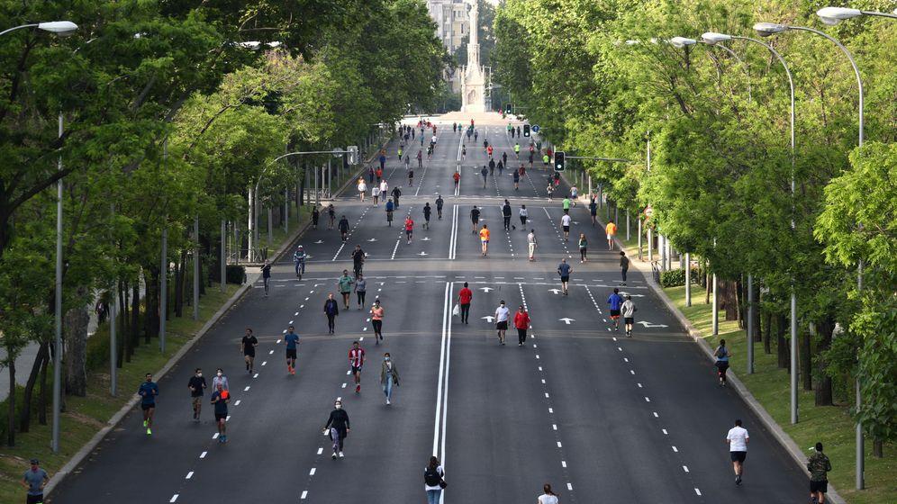 Foto: Varias personas practican deporte en el Paseo de la Castellana. (Reuters)