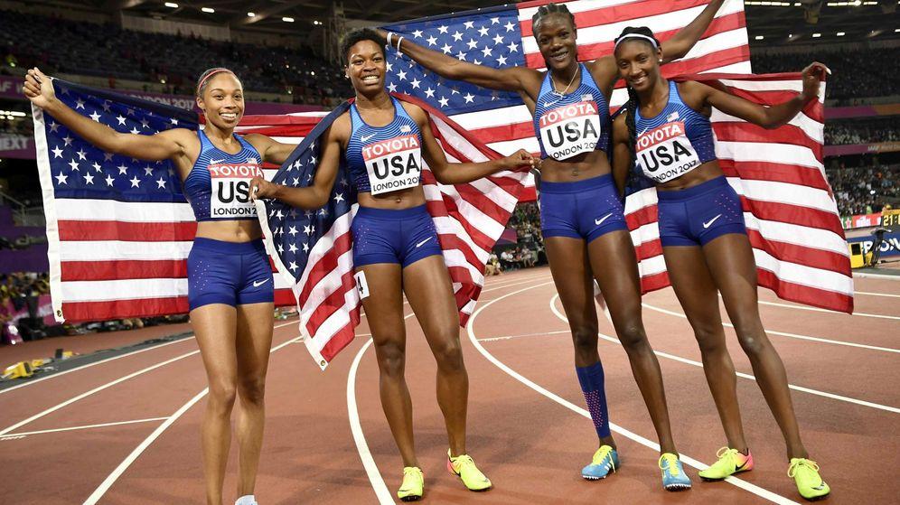 Foto: World athleticQuanera Hayes, Allyson Felix, Shakima Wimbley y Phyllis Franciss celebran su medalla en el Mundial de Atletismo en 2017 (Reuters)