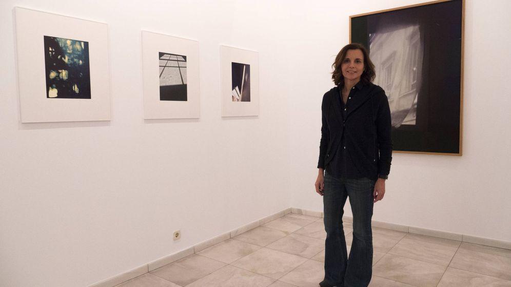 Foto: Olga Cuenca (Ty Trias), junto a algunas de sus obras.