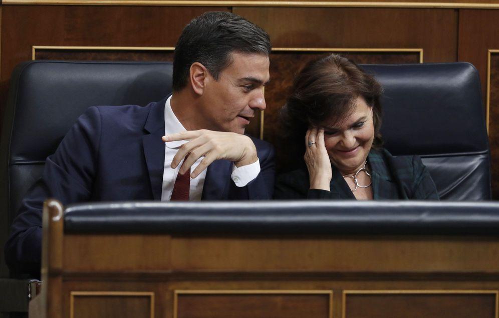 Foto: Pedro Sánchez conversa con su vicepresidenta, Carmen Calvo, este 31 de octubre en el pleno del Congreso. (EFE)