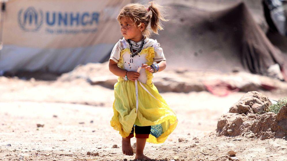Foto: Una niña camina por un campo de refugiados en las afueras de Herat (Afgansitán). (EFE)