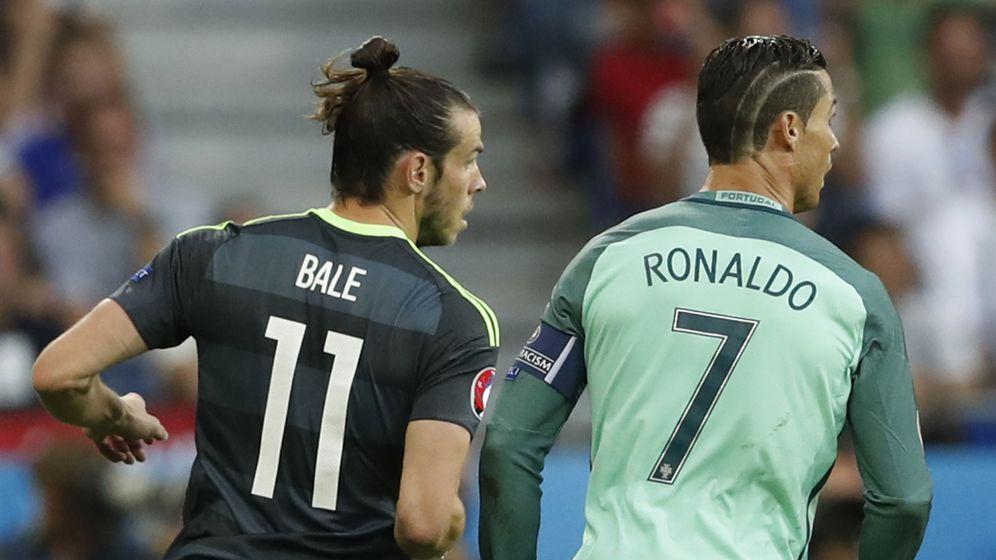 Foto: Gareth Bale y Cristiano Ronaldo, durante la semifinal entre Gales y Portugal. (Reuters)