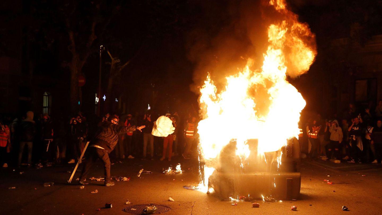 GRAF2063. BARCELONA, 17 10 2019.- Los manifestantes incendian un contenedor durante los altercados tras la concentración convocada por los CDR bajo el lema 'Olimpiada Republicana', este jueves en los Jardinets de Gràcia de Barcelona. EFE Toni Albir