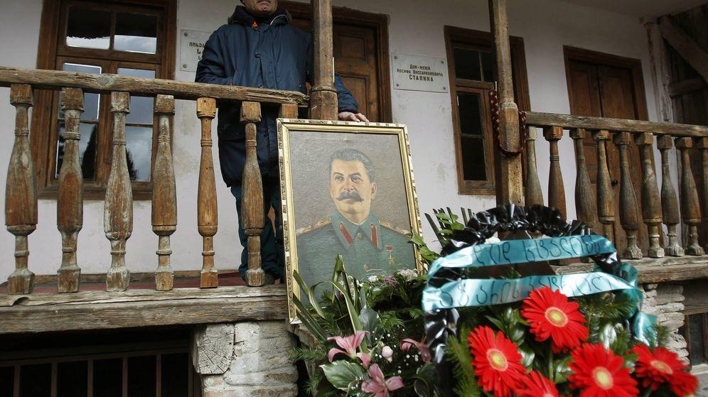 Foto: Un hombre en la casa donde nació Josef Stalin. (Reuters)