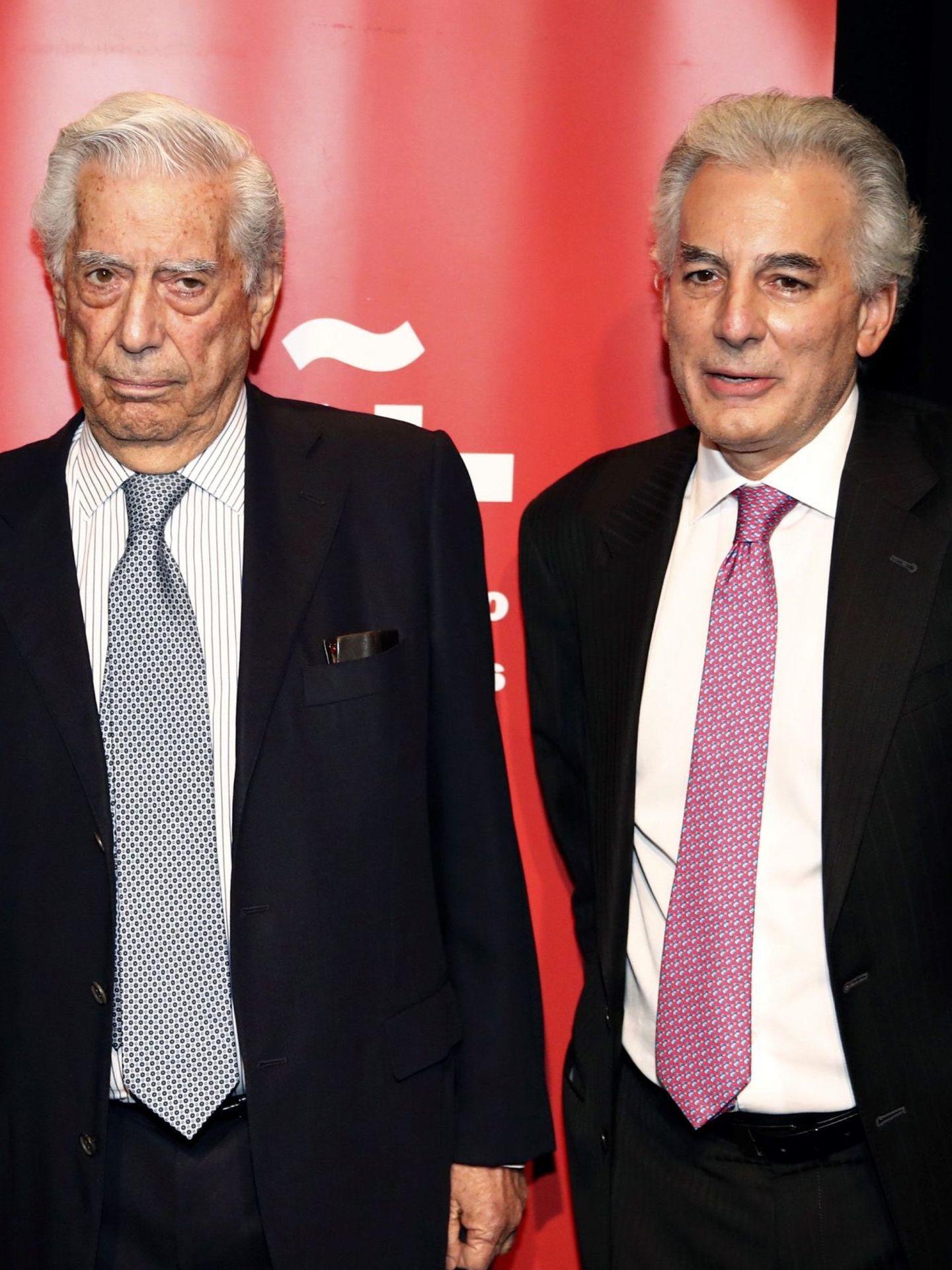 Mario Vargas Llosa, junto a su hijo Mario. (EFE)