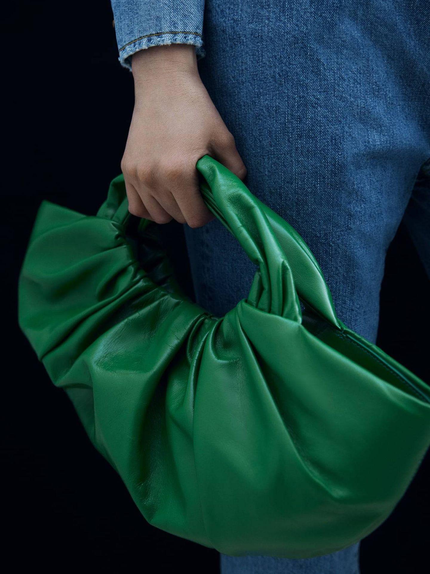 Bolso verde de Zara. (Cortesía)