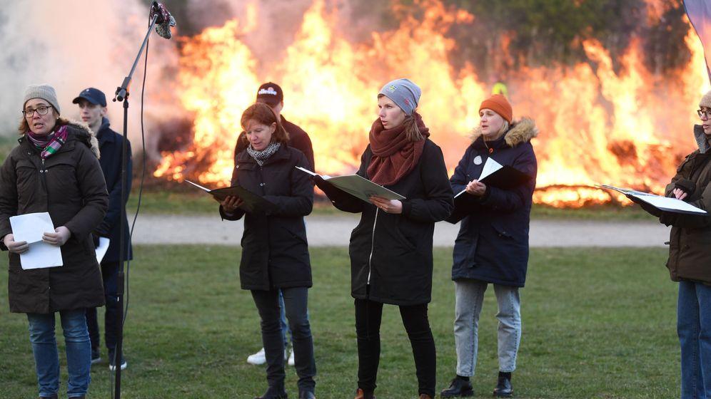 Foto: Celebración de la noche de Walpurgis en Suecia este 30 de abril. (EFE/EPA/Fredrik Sandberg)