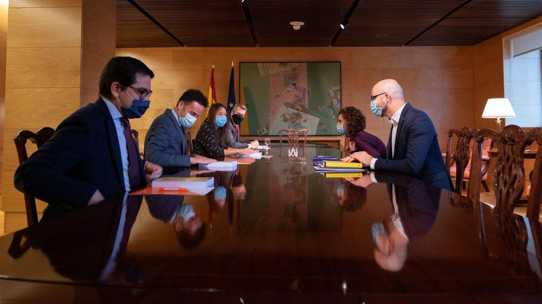 El equipo negociador de Cs y el Gobierno, en la mesa de negociación presupuestaria. (EFE)