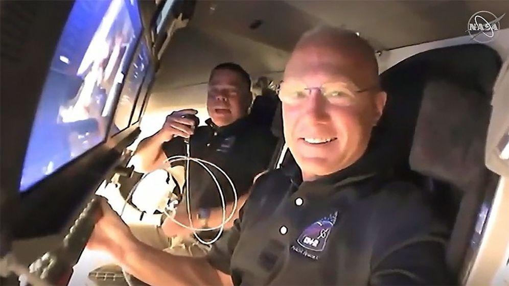 Foto: Videollamada de los astronautas Doug Hurley y Bob Behnken. (Reuters)