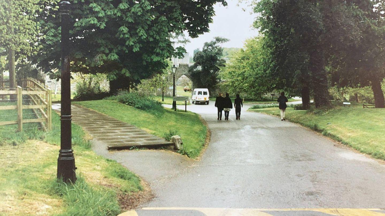 La calle principal que conecta las casas de estudiantes con el castillo. (Cortesía Marina Conde)