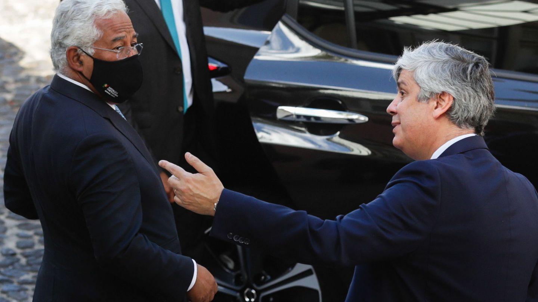 El primer ministro portugués, Antonio Costa (i), y el nuevo gobernador del Banco de Portugal, Mario Centeno. (EFE)