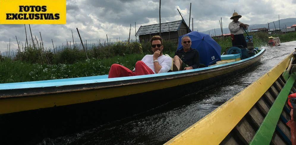 Foto: Joaquín Torres y Raúl Prieto en el lago Inle. (Vanitatis)