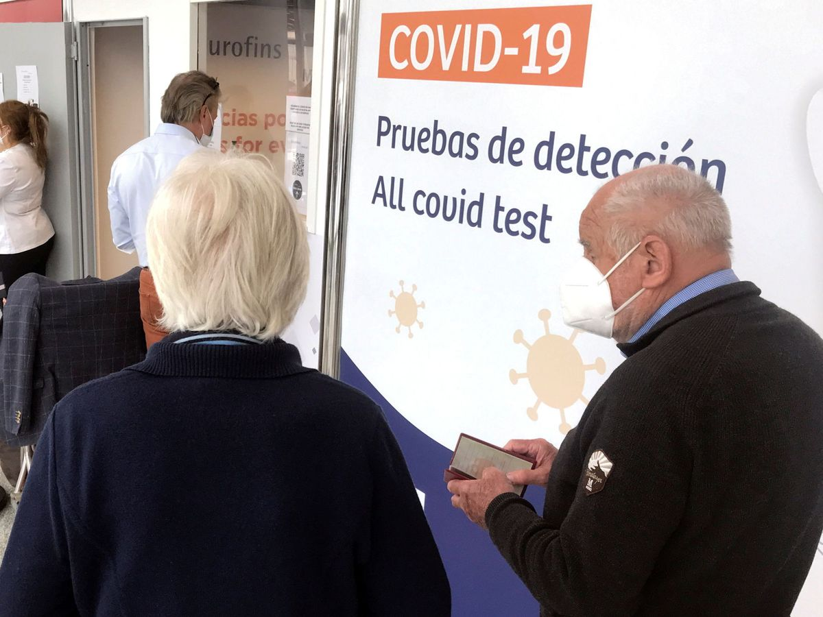 Foto: Pruebas de detección de covid-19 en Son Sant Joan en Palma de Mallorca. (Reuters)