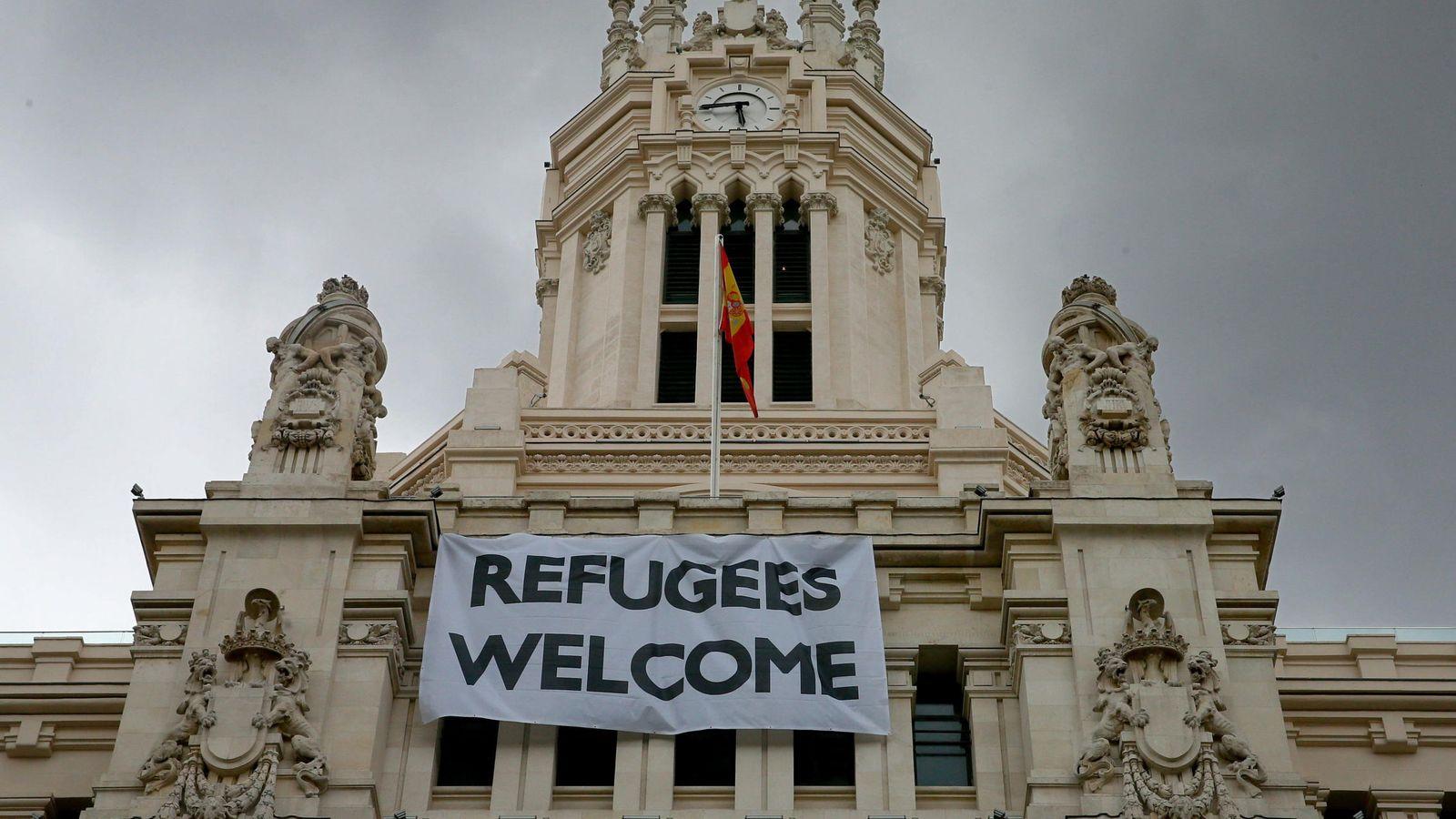 """Foto: El Ayuntamiento cuelga en su sede una pancarta con el lema """"Refugiados, bienvenidos"""". (EFE)"""