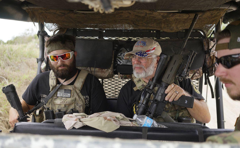 Foto: Miembros de la milicia Patriots patrullan cerca de su campamento, cerca de la frontera con México, en Brownsville, Texas. (Reuters)