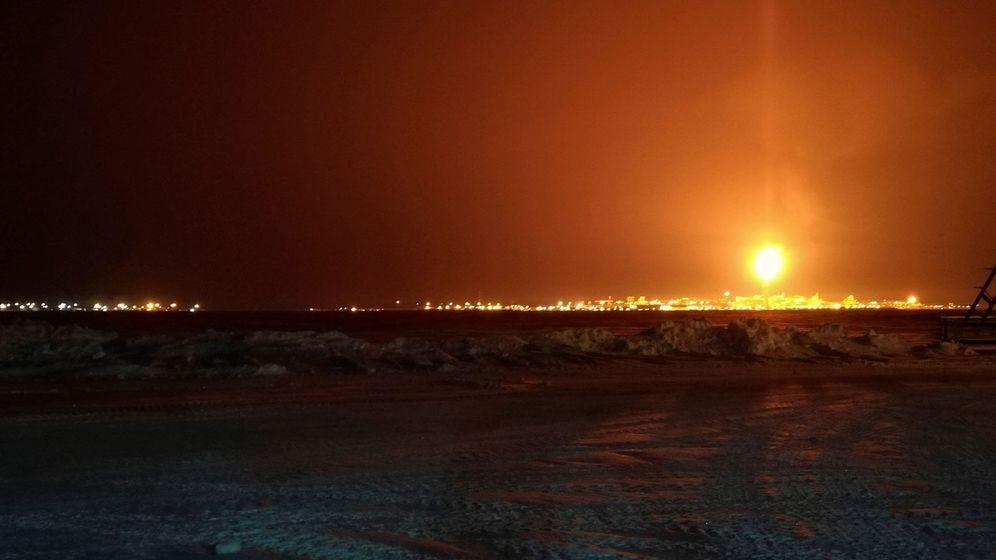 Foto:  La gigantesca planta de licuefacción del gas natural Yamal LNG, en Sabetta (Rusia) vista desde lejos en plena noche polar