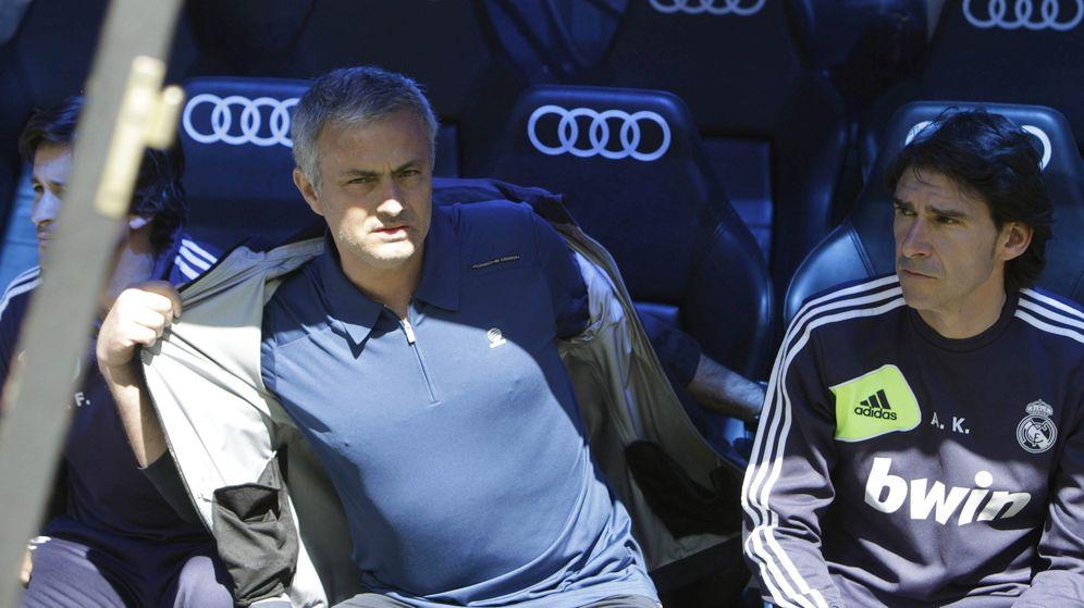 Foto: Karanka, con Mourinho, en el banquillo del Real Madrid. (Efe)